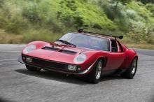 Он стоит на массивных колесах BBS с центральными замками с шинами Pirelli P7R, размером 345/35ZR15, так же, как и модели Countach S. Lamborghini установил амортизаторы Koni вместе с дисковыми тормозами Girling, взятыми от Porsche 917, а также карбюра