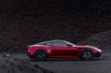 Автомобиль оснащен многочисленными компонентами из карбона и массивными пропорциями, которые делают его мгновенно узнаваемым. Конечно, внешний вид полностью соответствует системе трансмиссии. Для последнего DBS Superleggera премиум-производитель испо