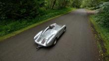 1958 Porsche 550A-0141 Spyder сумел заработать три победы в первом сезоне 1958 года с водителем Эрнстом Фогелем, который также оказался виртуозным композитором и профессиональным пианистом.