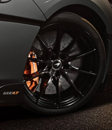 Шины Pirelli P Zero Trofeo R отличаются максимальной производительностью. Внутри McLaren использовал отделку алькантарой и карбоном. Сиденья такие же, как и в McLaren P1. В качестве опции можно также заказать сиденья McLaren Senna.