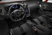 Интерьер McLaren 600LT также получил отделку из алькантары, компоненты из карбона, шасси MonoCell II и многочисленные высокотехнологичные гаджеты, как можно было бы и ожидать от современного спорткара.