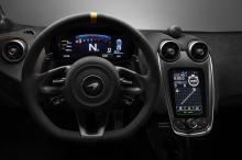 Существует также специальный пакет Clubsport Pro, который может быть установлен по желанию. Он включает сверхлегкие гоночные сидения из карбона, карбоновые детали интерьера, такие как лепестки переключения передач и рулевое колесо, а также новый дисп