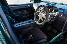 Кузов окрашен в зеленый цвет Buckinghamshire green. Интерьер в основном ориентирован на соревнования. В дополнение к каркасу здесь есть полностью совместимая с FIA система пожаротушения и композитные сиденья Recaro с четырехточечными ремнями безопасн