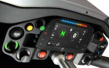 Двигатель работает на совершенно новом шасси, с новой подвеской, рулевым управлением и тормозной системой. Кузов также новый. Сиденья и элементы управления также сделали шаг вперед.