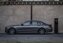 E 300 e работает от 2,0-литрового бензинового двигателя с турбонаддувом, который производит в общей сложности 211 л.с. и 350 Нм крутящего момента, в то время как гибридный двигатель обеспечивает в общей сложности 122 л.с. и 440 Нм. Максимальная дальн
