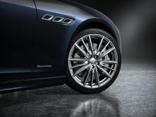 Кроме того, автомобили Edizione Nobile получают спортивные сиденья (которые традиционно зарезервированы для моделей GranSport) в натуральной коже Pieno Fiore в черно-коричневой гамме. Передние сиденья нагреваются и вентилируются, а задние сиденья про