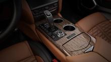 В интерьере логотип на центральной консоли напоминает водителю, что его автомобиль - оишь один из 50.