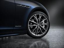 Итак, что же изменилось в пакете Edizione Nobile? Во-первых, каждый автомобиль покрыт краской нового цвета, называемой Dark Blu Nobile tri-coat, на создание которой дизайнеров вдохновил флакон духов Chanel. Конечно, его нужно увидеть лично, чтобы по-