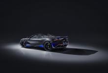 Что касается интерьера, 720S Spider приветствует водителя и пассажира в салоне, где преобладают кожа Burton Blue Alcantara и Jet Black. Все первичные и вторичные компоненты созданы из карбона и создают атмосферу комфорта и спортивного стиля.