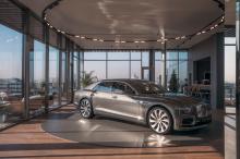 Впервые команда дизайнеров украшает капот выдвижным талисманом в форме буквы B. Кроме того, каждая деталь демонстрирует хорошо известный и любимый стиль Bentley.