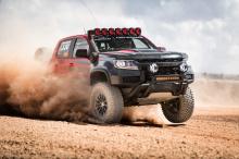 Эта новая линейка Colorado получит множество новых функций в качестве стандартного оснащения. Также доступна новая окраска кузова «Sand Dune Metallic», новые эмблемы и тисненые задние двери «Chevrolet» вместо традиционной бабочки на задней части авто
