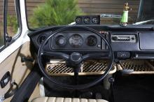 Аккумуляторы находятся внутри специального, усиленного и огнестойкого корпуса, расположенного под передними сиденьями, где прежде располагался топливный бак. Серийный переключатель длинного хода остается, но теперь он получает переключения между парк