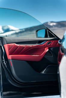 Новый спортивный черный экстерьер будет включать Nero Ribelle Mica Paint и Nerissimo Package, которые являются наиболее очевидными обновлениями. Пакет Nerissimo включает отделку Black Chrome на верхней рамке решетки радиатора, акцент на задней части