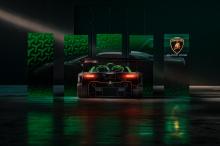 Задняя подвеска установлена непосредственно на коробке передач. Шины Pirelli установлены на магниевых дисках (19-дюймовых спереди и 20-дюймовых сзади), которые обрамляют тормозные диски и суппорты, поставляемые Brembo.