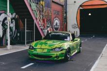 Вновь используя комбинацию аэрозольной краски и маркеров Montana Cans, Miata выглядит так же впечатляюще, как и 350Z. Перед тем, как покрасить машину в зеленый цвет, Miata была облачена в совершенно другой сине-черный дизайн.