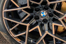 Печатка Individual Manufaktur, нанесенная на металлическую вставку на подстаканнике и нарисованная на накладках на пороги, еще больше подчеркивает эксклюзивность модели. Как и у обычного M8 Gran Coupe Competition, мощность обеспечивается 4,4-литровым