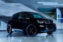 В это трудно поверить, но BMW i3 впервые появился в 2013 году. Наряду с тогда еще новым BMW i8, i3 запустил суббренд немецкого автопроизводителя i. Но, в отличие от i8, выпуск i3 не прекращается. Вместо этого сейчас 200-тысячный образец сходит с конв
