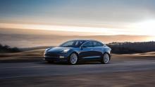 Система безопасности Tesla Sentry Mode - худший кошмар угонщика. При активации внешние камеры с обзором на 360 градусов контролируют окружение модели 3, S, X или Y и записывают компрометирующие видеозаписи при обнаружении какой-либо подозрительной ак