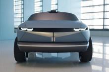 Созданный на основе стиля 45 Concept, этот еще не названный маленький электромобиль создан специально для маленьких детей и сочетает в себе классный стиль «кинетической кубической лампы» с угловатыми линиями и цветом кузова Performance Blue с яркими