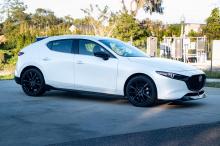 Самое приятное в этом то, что Mazda3 даже не пытается конкурировать с автомобилями и нацелена на гораздо более зрелый рынок. Стоимость Mazda3 2.5 Turbo начинается с рекомендованной розничной цены в 29 900 долларов за седан и 30 900 долларов за хэтчбе