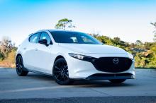 Под капотом быстрой тройки находится 2,5-литровый четырехцилиндровый двигатель с турбонаддувом, производящий 250 лошадиных сил и 420 Нм крутящего момента. Это та же силовая установка, что и в Mazda6, CX-5 и CX-9. Недавние тесты показывают, что автомо