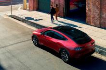 Что ж, теперь Ford подтвердил не только это число, но и официальный диапазон EPA для каждой модели Mach-E. Для справки: Tesla Model Y Long Range имеет запас хода в 520 км. Mustang Mach-E не побеждает своего конкурента Tesla, но он приближается достат