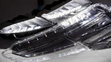 Задние фонари также имеют продвинутые технологии, с серыми полупрозрачными линзами, которые частично блокируют внешний свет, когда он выключен. Когда светодиоды включены, световая завеса широко и равномерно распределяет освещение, заставляя треугольн