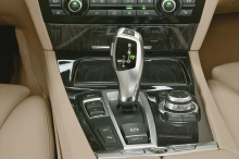 Видео снято в BMW Welt в Германии и показывает двух сотрудников, которым поручено припарковать новый iX на платформе. BMW 7 серии (760Li) 2001 года выпуска, который был первым автомобилем с функцией iDrive, нужно сначала убрать с дороги, но когда дво