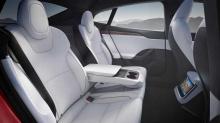 Во время презентации было немного неясно, могут ли клиенты выбрать рулевое колесо в традиционном стиле, но теперь мы можем подтвердить, что ответ - «да». Член группы владельцев Tesla из Мичигана в Facebook заметил новую Model S, припаркованную в серв