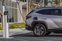 Подключаемая гибридная модель оснащена 1,6-литровым турбированным силовым агрегатом с непосредственным впрыском топлива мощностью 261 л.с. и шестиступенчатой автоматической коробкой передач. Его батарея намного больше, чем у стандартного гибрида (от