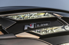 Tucson N Line - это пакет внешнего вида, придающий корейскому внедорожнику спортивный стиль внутри и снаружи. Снаружи он включает бамперы N Line и переднюю решетку, а также черные боковые зеркала, обрамление окон, лицевую панель фар и черные 19-дюймо
