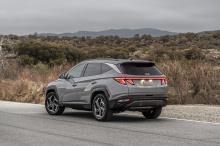 Однако мы знаем, что он получит 1,6-литровый двигатель мощностью 261 л.с. и аккумулятор на 13,8 кВтч. Согласно Hyundai, он должен прибыть с комбинированным показателем 7,8 л на 100 км и иметь запас хода до 50 км только на электроэнергии.