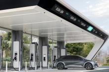 Первый специальный электромобиль Hyundai, Ioniq 5, был официально представлен с футуристическим стилем и салоном ранее в этом году. Это один из нескольких электромобилей, которые Hyundai представит в ближайшие несколько лет, в том числе Ioniq 6. Одна