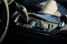 Согласно Maserati, этот новый автомобиль весит меньше, чем его аналоги с шестицилиндровым бензиновым и дизельным двигателем, и имеет лучшее распределение веса благодаря размещению аккумулятора в задней части без ущерба для грузоподъемности.