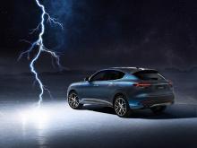 Внутри вы получите больше этих синих акцентов, особенно на вышитых швах сидений. Внедорожник также запускается в синем оттенке, а именно в трехцветном металлическом оттенке под названием Azzurro Astro. Maserati заявляет, что Levante Hybrid также буде