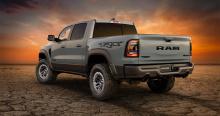 Ram 1500 TRX - не тот грузовик, которому многого не хватает. Он большой, поэтому в нем много места, и у него есть 6,2-литровый V8 с наддувом, развивающий 702 лошадиных силы и 881 Нм крутящего момента, так что он также не испытывает недостатка в произ