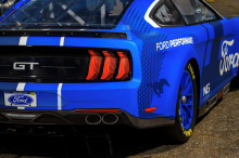 Как и гоночные автомобили Camaro и Camry, новый Mustang теперь получает независимую подвеску, колеса большего размера и более широкую стойку. Мощность двигателя V8 компании составляет 670 или 550 л.с., в зависимости от спецификации, с пятиступенчатой