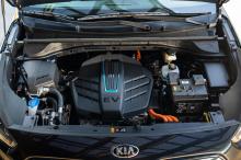 Базовая EX имеет стартовую цену в 2,9 млн рублей, а EX Premium - от 3,33 млн рублей. Мы не можем с уверенностью сказать, сколько времени будет существовать устаревшая линейка Niro, которая также включает в себя обычную версию с бензиновым двигателем