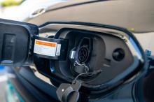 Общие характеристики электромобиля остаются прежними, что означает аккумуляторную батарею на 64 кВтч, которая приводит в действие электродвигатель мощностью 201 л.с. Общий запас хода - респектабельный, но далеко не лучший в сегменте - 380 км.