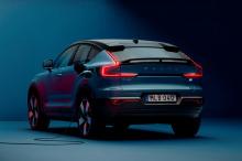 Представленный в марте 2022 Volvo C40 Recharge представляет собой купе-версию полностью электрического XC40 Recharge. Он оснащен той же двухмоторной электрической трансмиссией, производящей 402 лошадиных силы и 658 Нм крутящего момента, но в более гл