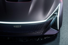 Боковая часть отличается более геометрическими формами и отсутствием очевидных дверных ручек, а задняя часть отличается более ярким освещением, охватывающим всю ширину автомобиля.