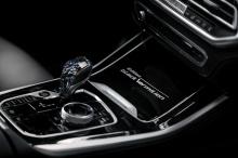 Отделка из карбона окружает контроллер iDrive, ручку переключателя передач и кнопку старт/стоп, чего еще нет в обычном xDrive40i.