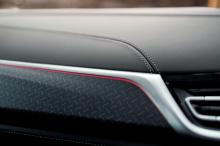 Салон также наполнен обновленным содержимым, например, полностью черной кожей Merino с красной окантовкой и контрастной строчкой на передних и задних сиденьях. Даже напольные покрытия получают одинаковую цветовую гамму. На крышке подстаканника находи