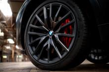 Мощность обеспечивается 3,0-литровым шестицилиндровым двигателем с турбонаддувом мощностью 335 лошадиных сил, соединенным с восьмиступенчатой автоматической коробкой передач.