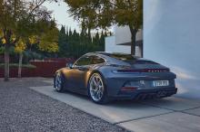 Если вы думаете, что хардкорный Porsche 911 GT3 выглядит слишком агрессивно для повседневного использования, новый Touring Package - идеальное решение, поскольку он смягчает стиль спортивного автомобиля, ориентированного на трек. Исчезло гигантское к
