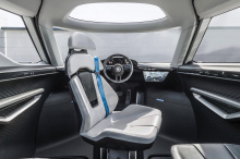 Это потому, что Renndienst имеет три сиденья в третьем ряду, два капитанских кресла посередине и одно центральное сиденье (как у McLaren F1) спереди. В дополнение к центральному сиденью кабина включает в себя некоторые высокотехнологичные детали, в т
