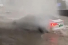 Безумные кадры недавнего наводнения в Китае показывают, что несколько автомобилей Tesla Model 3 успешно проезжают по затопленным улицам, как будто они лодки. В одном ролике Model 3 покидает затопленный туннель и проезжает мимо других выброшенных на м
