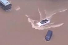 За последние несколько недель мы видели ужасающие кадры, на которых наводнения превращают улицы в бушующие реки. Пару недель назад в Аризоне внезапные наводнения унесли Toyota Prius, а разрушительные наводнения в Германии затопили Porsche в автосалон