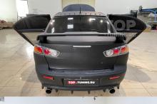 Черный матовый Mitsubishi Lancer X на белых дисках в обвесе