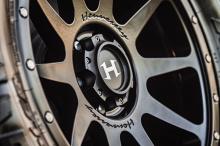 С 3,0-литровым двухвинтовым нагнетателем мощность двигателя теперь составляет 775 л.с. и 928 Нм крутящего момента. Это на 73 л.с. больше, чем у Ram TRX, отмечает Hennessey. Стандартная модель имеет мощность 400 л.с. и 555 Нм, так что мы рассчитываем